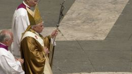 Benedikt XVI. s mitrou a papežskou berlou